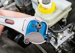 Ratchet Action Pipe Cutter 3-13mm in use